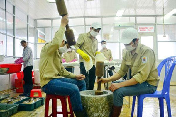 Chả mực Hạ Long được giã tay theo phương thức truyền thống